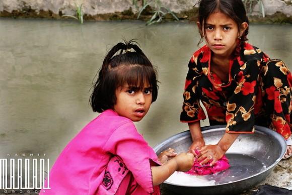 川で洗濯する子供