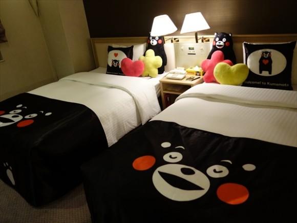 くまモングッズと夢見る熊本の旅ルームベッド