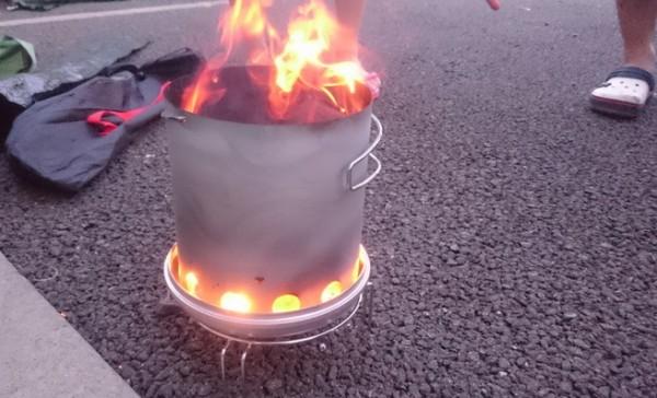 火おこし器で炭着火中