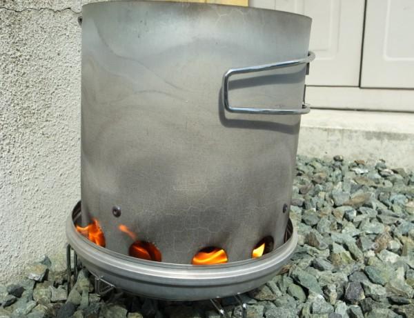 火おこし器で火を炊く